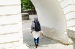 有一个黑背包的年轻回教妇女在城市,拷贝空间旅行, 库存图片