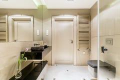 有一个黑水槽的Minimalistic卫生间 库存图片