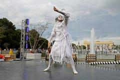 有一个玻璃球的男性街道艺术家在节日`明亮的人`在公园Gorkogo城市天在莫斯科 免版税库存照片
