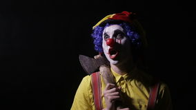 有一个轴的可怕小丑在一个暗室 惊恐供人潮笑者,小丑,丑角 股票录像