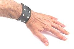 有一个黑皮革镯子的手 免版税库存照片