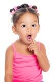 有一个滑稽的好奇表示的多种族小女孩 库存图片