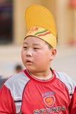 有一个滑稽的帽子的超重中国男孩,北京,中国 图库摄影