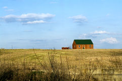 绿色屋顶流洒了蓝天云彩 库存照片