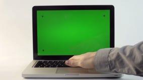 有一个绿色屏幕的膝上型计算机 股票视频