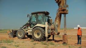 有一个钻设备的拖拉机在建造场所 影视素材