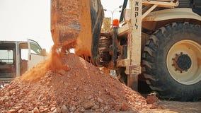 有一个钻设备的拖拉机在建造场所 股票视频