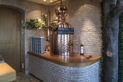 有一个黄铜阀门的酒吧机架 免版税库存照片