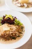 有一乳脂状的souce的小牛肉内圆角由Dorblu乳酪和核桃制成 免版税库存照片