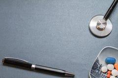 有一些医疗器物的中立蓝色书桌 免版税库存照片
