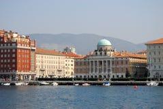 有一些小船和大厦的船库在的里雅斯特的中心在弗留利Venezia朱莉娅(意大利) 库存照片