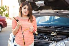 有一些汽车麻烦的逗人喜爱的女孩 免版税库存图片