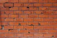 有一些裂缝的老红砖墙壁 图库摄影