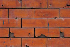 有一些裂缝的老红砖墙壁 免版税库存照片