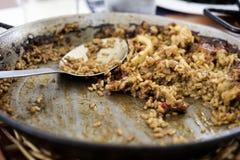 有一些西班牙海鲜肉菜饭的肉菜饭平底锅 免版税库存图片