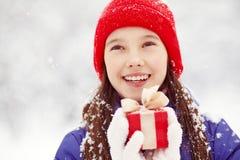 有一件礼物的十几岁的女孩在他们的手上 库存照片