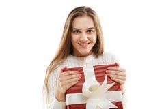 有一件红色礼物和一条白色丝带的女孩,隔绝在白色背景 免版税库存照片