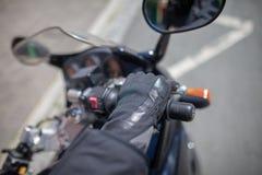 有一件黑盔甲的妇女在摩托车 库存图片
