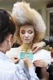 有一位豪华的发型化妆师的女孩做构成 免版税库存图片