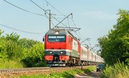 有一列旅客列车的电力机车在俄罗斯 免版税库存照片
