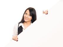 有一副大白色横幅的一名年轻女实业家 库存照片