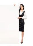 有一副白色空白的横幅的一名愉快的女实业家 免版税库存照片