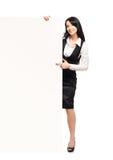 有一副白色空白的横幅的一名愉快的女实业家 图库摄影