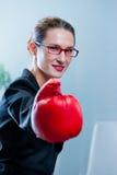 有一副红色箱子手套的赢取的女商人 库存照片