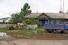 有一匹马和一辆老苏联卡车的一个推车停放了在前面 库存照片