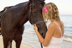 有一匹马的女孩由海 库存图片