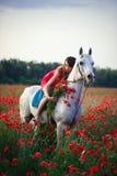 有一匹马的妇女在鸦片领域 免版税库存图片
