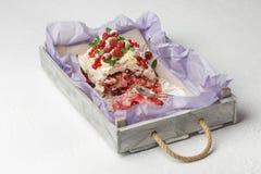 有一半的木盘子被吃的可口蛋白甜饼蛋糕用在白色背景的果子 免版税图库摄影