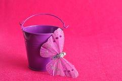 有一只丝绸蝴蝶的一个金属桶 图库摄影