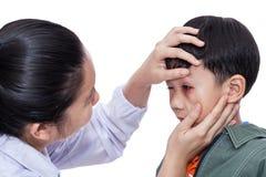 有一只受伤的眼睛的男孩 图库摄影
