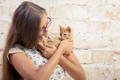 有一只喜爱的小猫的女孩 免版税库存照片
