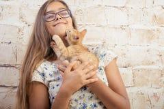 有一只喜爱的小猫的女孩 免版税库存图片
