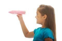 有一只大蜡笔的小女孩 免版税库存图片