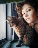 有一只家猫的Selfie女孩 免版税图库摄影