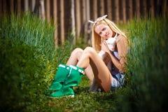 有一只小山羊的国家女孩在她的手上 库存照片