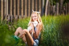 有一只小山羊的国家女孩在她的手上 免版税图库摄影