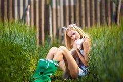 有一只小山羊的国家女孩在她的手上 免版税库存图片
