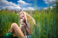 有一只小山羊的国家女孩在她的手上 图库摄影
