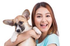有一只小的小狗的年轻亚裔妇女 免版税库存图片