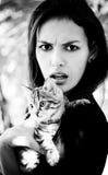 有一只小的猫的女孩 库存照片