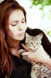 有一只小的猫的女孩 免版税库存照片