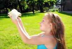 有一只小的鸡的愉快的小女孩 图库摄影