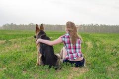 有一只德国牧羊犬的女孩 库存图片