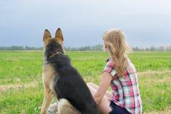 有一只德国牧羊犬的女孩 免版税库存图片