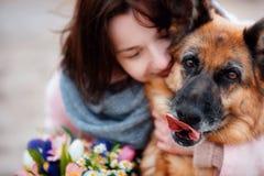 有一只德国牧羊犬的年轻美女 免版税库存照片