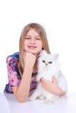 有一只波斯猫的女孩 库存图片
